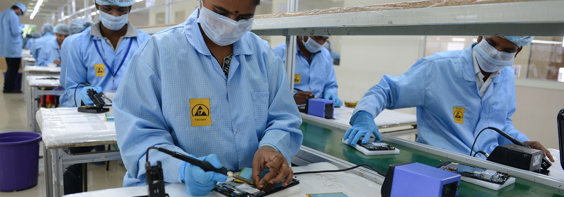 Indian technicians work on tablet computers at Canadian company Datawind Manufacturing plant. (NOAH SEELAM/AFP/Getty Images)